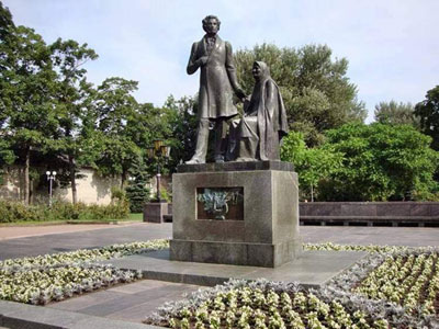 Мемориальный комплекс с барельефом в человеческий рост Удачный Эконом памятник Башня с профильной резкой Новочеркасск